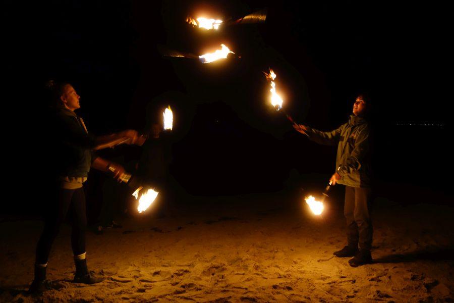 FeuerJonglage am Strand Juxireise nach Rügen