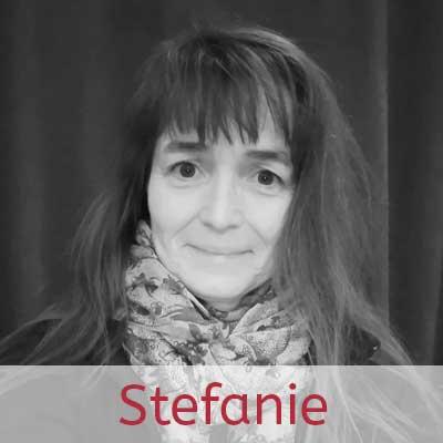 Stefanie ··· Schauspielerin, Kreativitätstrainerin und Gestaltungsexpertin, zuständig für Bunt und Kunst im Zelt